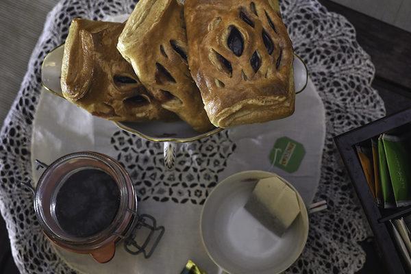Halbweisse Butter Blätterteig Tasche mit Amarellen Konfitüre