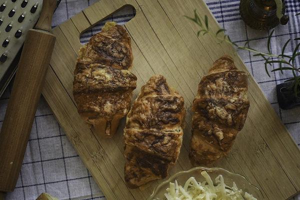 Halbweisse Butter und Käse Blätterteig Croissant